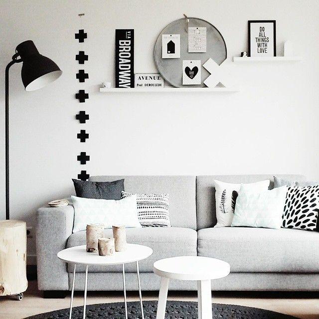 Allignement vertical descroix noires sur mur blanc