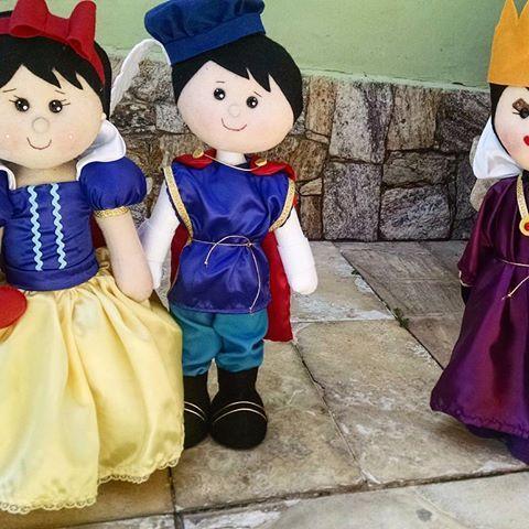 Aí está a nova turminha da Branca de Neve 🍎  Ligue para mim e encomende já a sua: 22999041562  #brancadeneve #festasinfantis #maca #madrasta #principe #instabrasil #instaarte #artesanato #arte #feltro #encomenda #lindos #bonecos #kids