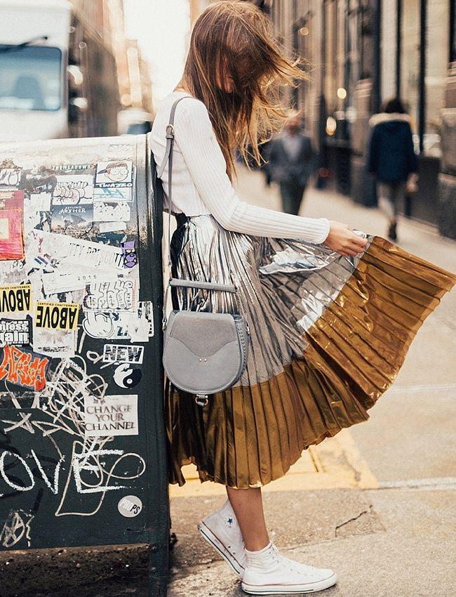 """La jupe midi plissée métallisée, l'atout """"princesse"""" des filles aux looks casual ! (photo By Tezza)"""