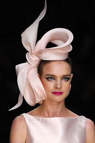 Haute couture, bow-shaped pale pink cocktail hat / fascinator.