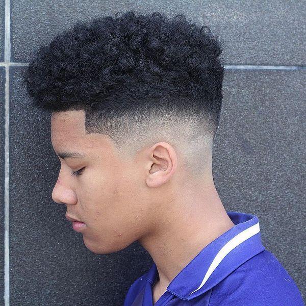 Mittlere lockige Frisur für Männer + Mitte Haut verblassen