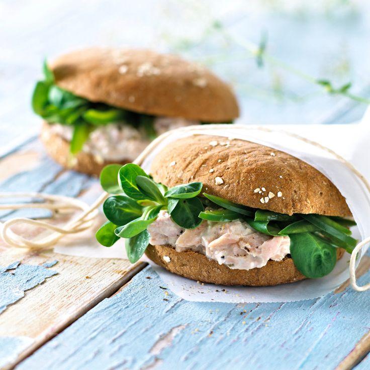 Krémsajt + tonhal + saláta = laktózmentes szendvics recept Gyorsan elkészíthető, ízletes szendvics tonhal és laktózmentes sajtkrém felhasználásával. Reggelire vagy tízóraira is egyaránt kiváló választás.