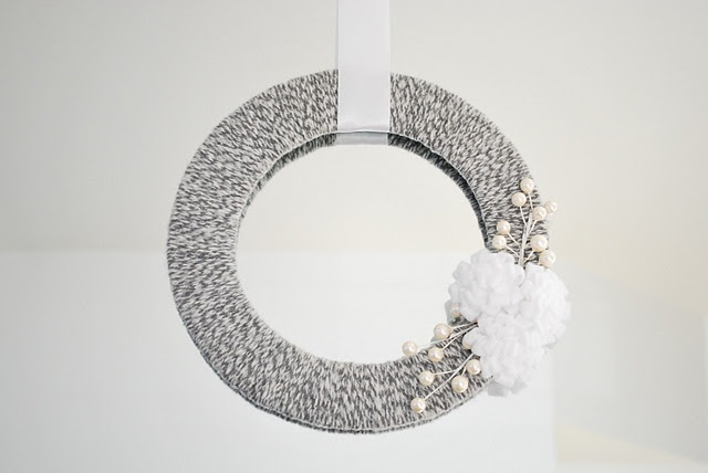 love the white and gray!: Crafty Stuff, Wreaths Gluenglitt, Gifts Ideas, Crafts Ideas Diy, Princesses Crafts,  Roundworm, Wreaths Ideas, Gluenglitt Cbia, Winter Wreaths