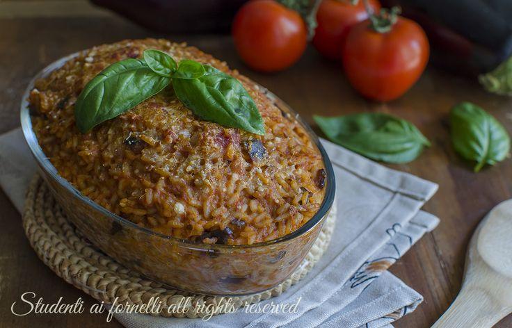 Ricetta riso al forno con melanzane e scamorza, primo piatto facile e veloce per gite pic-nic o pranzi sfiziosi.