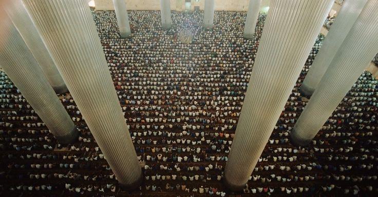 Mais de 70 mil fiéis oram na mesquita de Istiqlal, uma das maiores do mundo, em Jacarta, na Indonésia. Comerciantes árabes trouxeram o islamismo para a região há 1.000 anos. Atualmente, a Indonésia é o maior país muçulmano do mundo