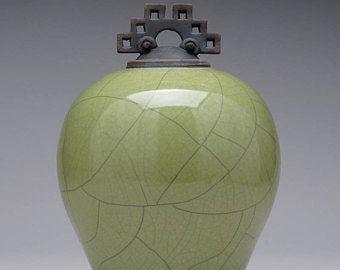 Céramique à couvercle bocal, urne, vert olive Raku bocal avec couvercle, grande urne, grand pot, poterie d'art, roue tournée à la main, fait à la main