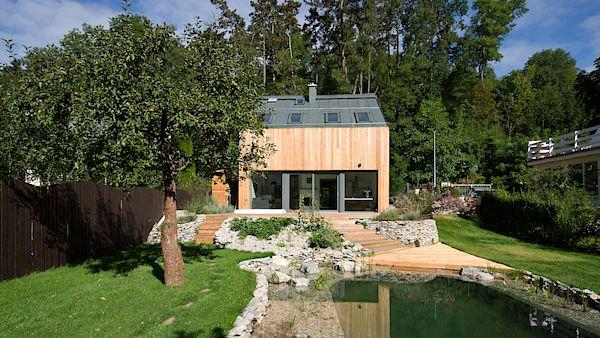 Přestavbou malé chatky vznikl příjemný rodinný dům pro čtyřčlennou rodinu.