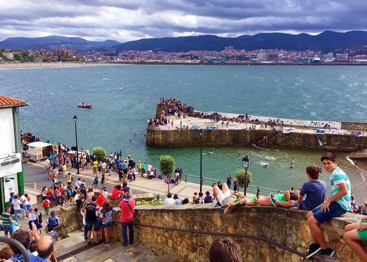 Vacker strandpromenad bland lyxvillor i stadsdelen Getxo, i Baskien.