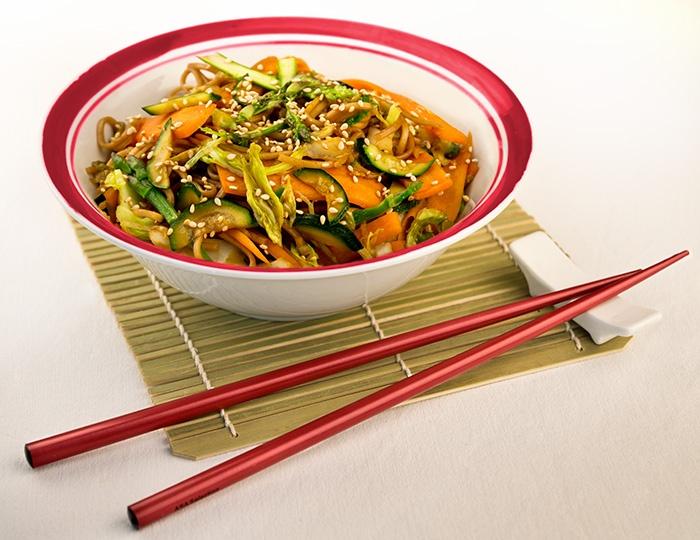 Naturista - Spaghetti giapponesi di grano saraceno integrali saltati al wok in originale salsa yakisoba, con verdure di stagione e semi di sesamo tostati.