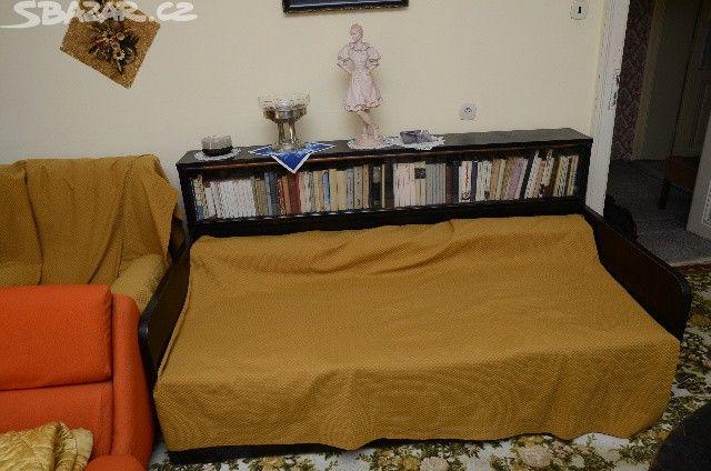 Pohovka s vestavěnou knihovničkou. - obrázek číslo 1