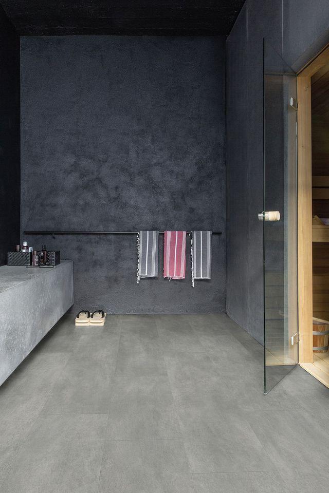 #astuces Quel revêtement pour la salle de bains ? ici Sol vinyle dalle Lyvin béton foncé, Finition mate. Pose clipsée haute qualité.