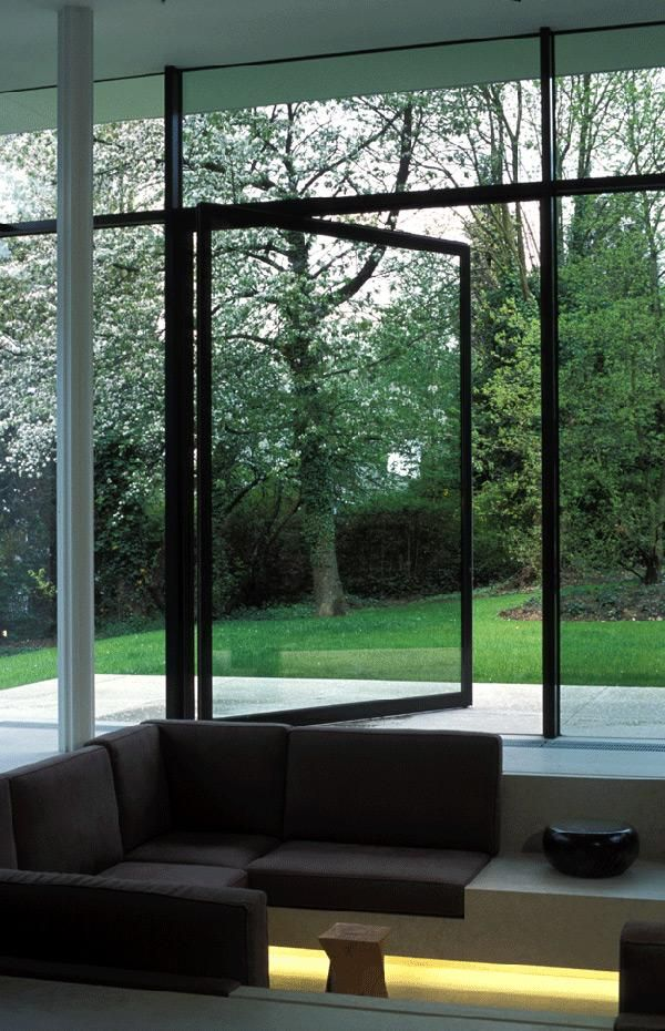 This huge pivoting window connects the sunken lounge directly with the outdoors. Undermounted lighting creates a warming effect in the sitting zone.