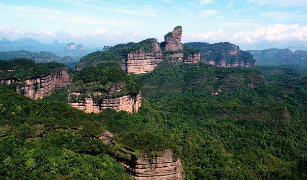 Гора Данхиа, Гуандун  Одной из главных природных достопримечательностей провинции Гаундун является гора Данхиа, славящаяся своей живописной местностью, а также многообразием флоры и фауны. Он сформировалась из красного песчаника, который с течением времени выветривался и образовывал роскошные скальные выступы. В настоящее время все они находятся в списке всемирного наследия ЮНЕСКО, и носят название «Национальный геологический парк».  В живописных уголках горы Данхиа есть также ценные…