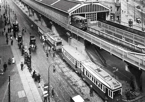 Hochbetrieb: Schon 1920 ging es am U-Bahnhof Eberswalder Straße zu wie im Taubenschlag: Passanten rennen zwischen Straßenbahnen hindurch, um die U-Bahn zu erreichen.