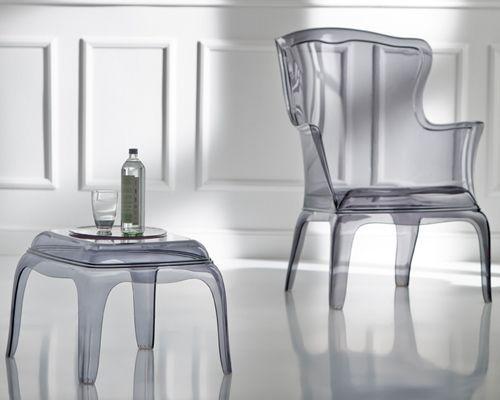 Il tavolino lounge Pasha, disegnato da Claudio Dondoli e Marco Pocci, ha una seduta in policarbonato. Comodo e versatile nell'utilizzo è disponibile in diverse varianti colore.