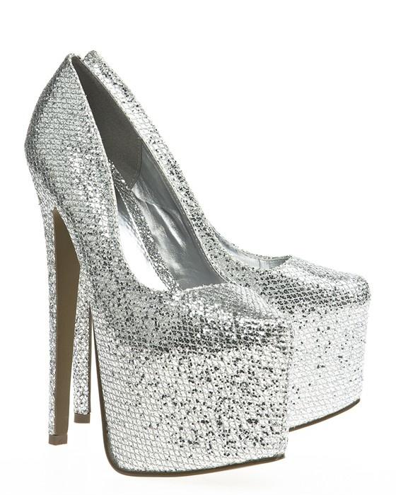 Silverglittrande skor med riktigt höga klackar och dold hög platåsula. Dessa skor är de absolut perfekta festskorna.