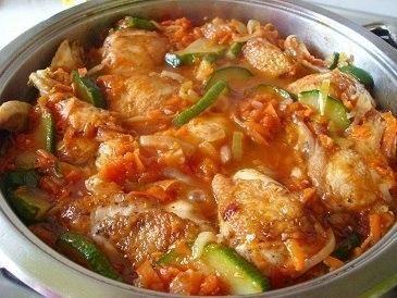 Ароматная курица с кабачками в соусе    Ингредиенты:    1 кг курицы  200-300 г кабачков  1 морковь  1 головка лука  2 зубка чеснока  2 столовые ложки томатного соуса или 2 помидора  пучок петрушки  приправа для курицы  соль  растительное масло    Приготовление:    1. Курицу промываем, режем на кусочки, посыпаем приправой для курицы, солью, хорошо перемешиваем и оставляем мариноваться.  2. Кабачки промываем, режем на тонкие кружочки. Кабачки лучше брать молодые, без семечек.  3. Морковь…
