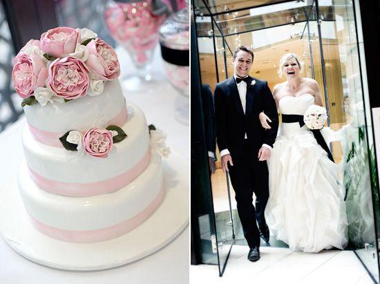 Για έναν γάμο στο κέντρο της πόλης, τηρήστε το μοντέρνο, καθαρό στυλ στο ενδυματολογικό σας κομμάτι και φέρτε τη ρομαντική χροιά που θέλετε στην γαμήλια τούρτα, το μενού και τη διακόσμηση με ροζ πινελιές! Ο τέλειος γάμος στην πόλη!
