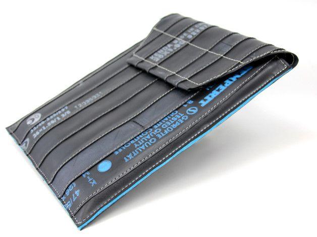 Tasche aus recyceltem Fahrradschlauch, mit Fleece gefüttert. So ist das iPad auch bei Runterfallern und vor Feuchtigkeit perfekt geschützt. Der grosse Klettverschluss verschliesst die Tasche...