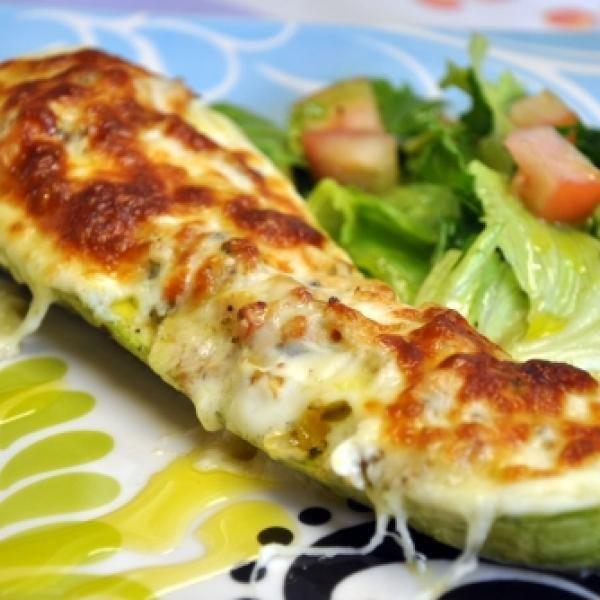 Receita de Abobrinha Recheada com Frango - 4 unidades de abobrinha grandes, 1 tablete de caldo de galinha, 300 gr de frango cozido e desfiado, 3 colheres (s...
