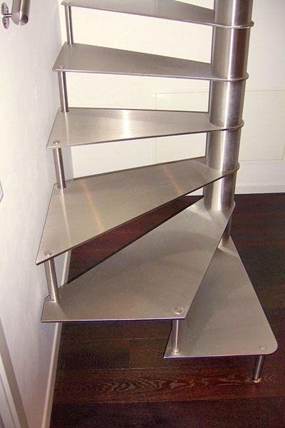 escalier en colimaçon carré (structure et marches métalliques) Interbau