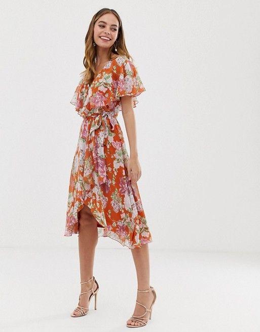 86a413c694178d ASOS DESIGN PETITE - Midi-jurk met cape en lange achterkant met  bloemenprint op rode ondergrond