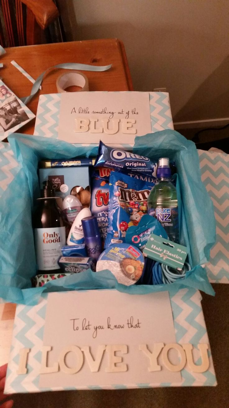 Original pin- K8iekates. Made this for my friend. A little something out of the blue to let you know I love you. Filled with blue coloured goodies including chocolate, body wash, hand sanitizer, noodles, Hair ties, deodorant, water and wipes! Both fun and practical!