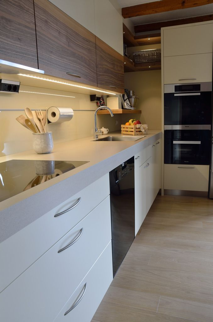 Light color, customized kitchen Furniture with wood trim walnut: compartments and shelves spacious and comfortable, ideal for a functional kitchen.