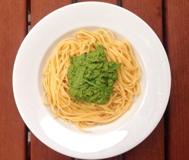 V týdnu jsem si koupila rukolu. Větší vaničku. Dvakrát už byla v salátu, tak co teď s ní? Tuhle zdravou, chuťově specifickou zeleninu bych nikdy nevyhodila. Rukola je plná vitamínů. Pokud jde o vitamín C a beta karoten, obsahuje rukola mnohem více těchto látek, než jiná listová zelenina. Mám pro vás návod, jak si připravit lahodné pesto!
