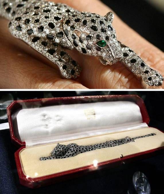 Браслет «Пантера» герцогини Уоллис Симпсон. Изящный браслет в виде пантеры длиной 19,5 см из оникса и бриллиантов изготовлен в 1952 всемирно известной фирмой Картье по заказу английского короля Эдуарда VIII. Британский монарх подарил это необыкновенное украшение своей избраннице Уоллис Симпсон, ради которой оставил трон. В 2010 году на аукционе Sotheby's браслет приобрёл за $12,5 млн анонимный покупатель. Ходят упорные слухи, что им является Мадонна.