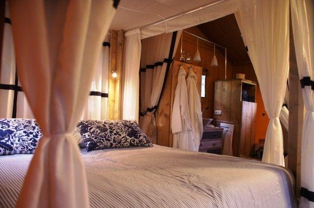 ON THE BEACH - Deze luxe tweepersoons safaritent is voorzien van steigerhouten meubelen met op de vloer houten vlonders. De tent is voorzien van een comfortabel tweepersoons hemelbed, een goede douche, een apart toilet en een gaskachel. De keuken is volledig ingericht, met oven! En op de veranda staat het nodige meubilair om ook daar lekker te kunnen eten en relaxen. De bedden zijn bij aankomst voor u opgemaakt, handdoeken en badjassen zijn aanwezig. Hond toegestaan!