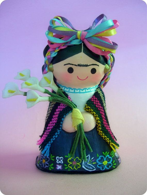 Versión Kawaii a la famosa pintora mexicana Frida Kahlo. Esta pequeña muñeca colorida es elaborada con 100% casero papel maché pasta, pintada con
