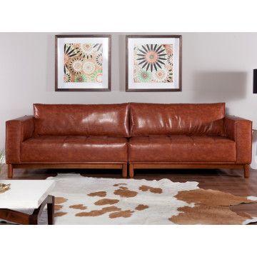 Um sofá elegante, na imagem ele está em corino combina muito com a casa de campo, ou ambientes mais temáticos, as demais opções de tecido o deixam mais aconchegante e romântico, seus pés em madeira trazem muito estilo ao produto.