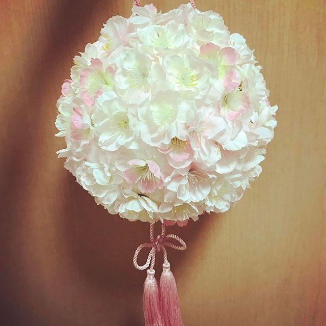【hitomi_wedding0419】さんのInstagramをピンしています。 《ボールブーケ完成しました🌸✨ #桜ウェディング がテーマなのですべて桜の花で😉✨ 材料は全て#eastsidetokyo で揃えられました🤗 . . そして‼️前回のヘアメイクの件。 八芳園に電話して、 ⚠️あまりにも自分のイメージと合わなくて悩んでいる ⚠️メイクさんとの系統が違う ⚠️当日は自分でメイクしたい など悩んでいることを全て話しました😣 確認すると言われて責任者?っぽい方からご連絡を頂き謝罪されました😂 私もイメージをうまく伝えられなかったので逆にワガママ言って申し訳なくて平謝り😂笑 でも、その方がご新婦様のイメージを引き出すのが私達の仕事ですから‼️どうする事がご新婦様にとって当日を安心して迎えられますか?と言ってくれて.....😢 . ヘアの担当の方は凄くイメージ通りに仕上げてくれ方&系統が一緒なのてヘアの担当をメイクさんに変更してもらいました😖 そして、来週もう一度ヘアメイクの相談に行けることになりました💡…