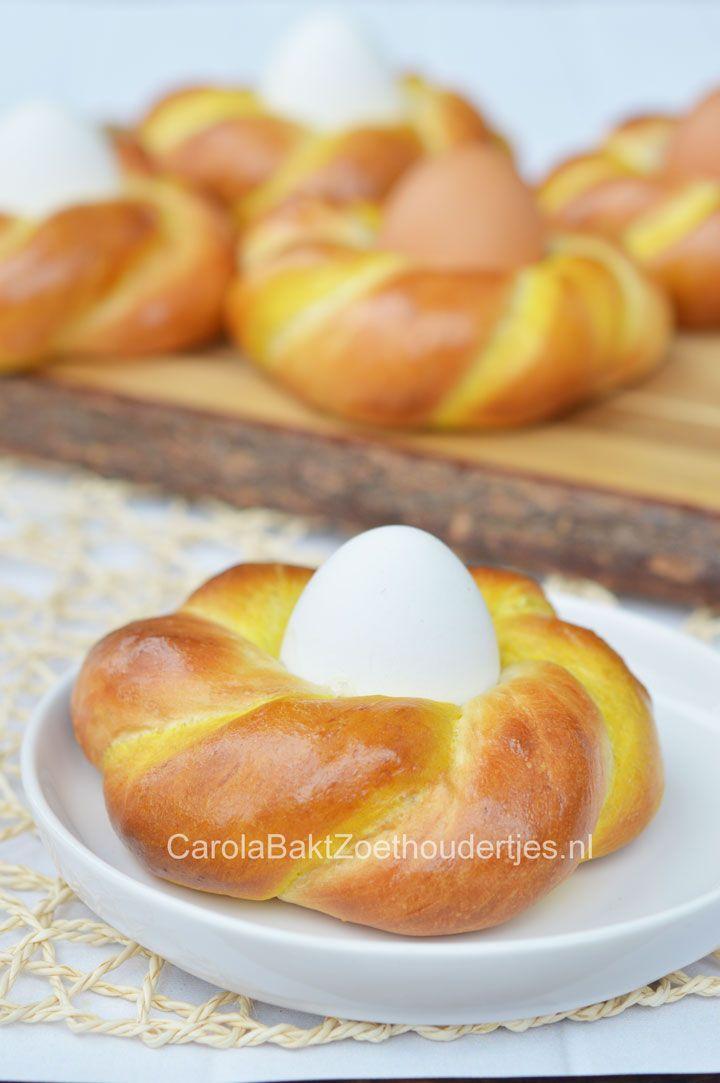 Paasbroodje met ei, het brood is deels gekleurd met kurkuma. Chique in zijn eenvoud en heel leuk op de Paastafel.