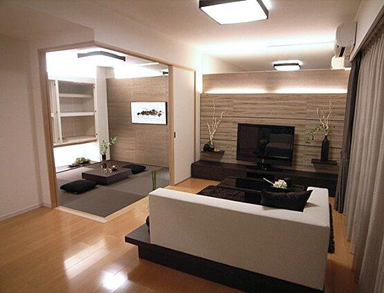 L152 壁に注目! アクセントクロスを間接照明で 照らし、壁面の表情を豊かに。 シックなカラーの家具と 和の小物が落ち着き感を演出。