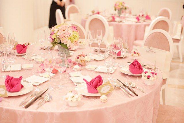 結婚式場写真「ゲストテーブルもピンクに統一してかわいらしくアレンジ」 【みんなのウェディング】