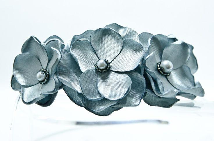 Čelenka stříbrné květy novinka Originální čelenka s ručně vyrobeným saténovými stříbrnými kvítky Doplněný perličkami a korálky. Velikost květu: š.5cm x 3ks Kovová čelenka stříbrnébarvy ,šíře 0,5cm. Čelenku je možné vyměnit za černou kovovou nebo plastovou .Stačí napsat do poznamek. Květiny jsou více na straně čelenky (nad uchem) Pro pohodlnější ...