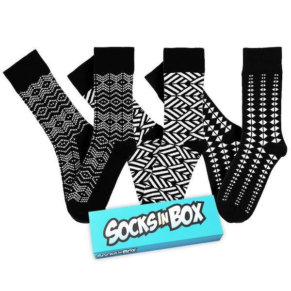 Baví vás trend bílých tenisek? Ponožky z krabičky Black 'n' White je skvěle doplní.  Jsou praktické, tmavé, ale originální vzory jim dodávají na zajímavosti. Nosíte převážně černé a bílé oblečení? Právě jste našli svůj top model. Velikosti 36-40 a 41-45