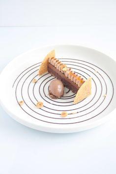 Salut! Je ne vous présente plus Julien Alvarez, champion du monde de pâtisserie, sacré meilleur espoir pâtissier aux Relais Desserts l'année dernière (^^), chef pâtissier au Péninsula jusqu'à très récemment et aux dernières nouvelles, qui voguerait vers...