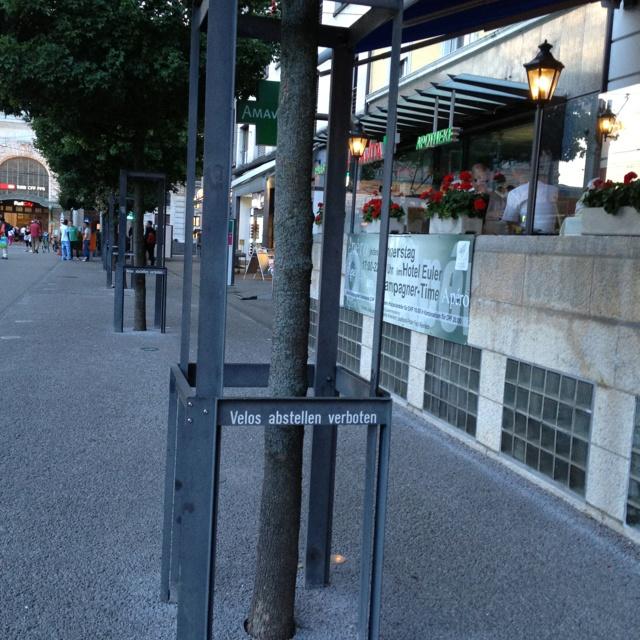 Naar oude universiteitsstad Basel met heel veel fietsers! Maar voor dure hotels mag je ze niet parkeren!