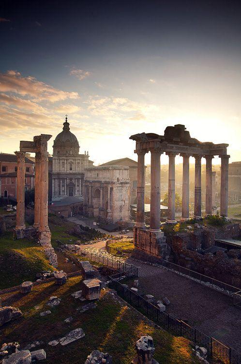 The Forum, Rome. foro de la ciudad de Roma, es decir, la zona central, semejante a las plazas centrales en las ciudades actuales, donde se encuentran las instituciones de gobierno, mercado y religión.