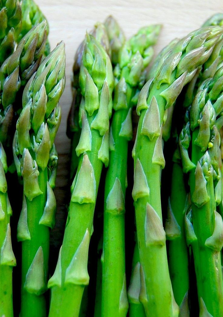 A springtime favorite, asparagus makes its way from farm to table as a highly enjoyable and versatile vegetable. But what exactly are the health benefits of asparagus? Recognized as a prized delicacy by the ancient Greeks and Romans, these regal spears come with a spectacular spectrum of nutrients. So what are the health benefits of asparagus? Read on to find out!