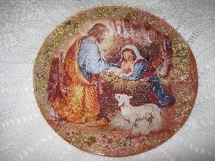 Декоративна чиния, изработена с техника обратен декупаж, отразяваща святата сцена на Рождество. Един подходящ подарък за всеки дом за предстоящите светли празници.