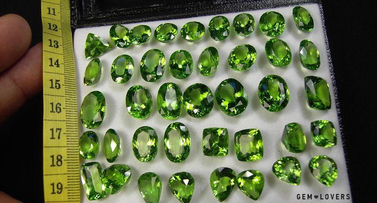 Фото, демонстрирующее цвет хризолита в лоте из крупных образцов (происхождение - Пакистан) #peridot #gem #gemstone