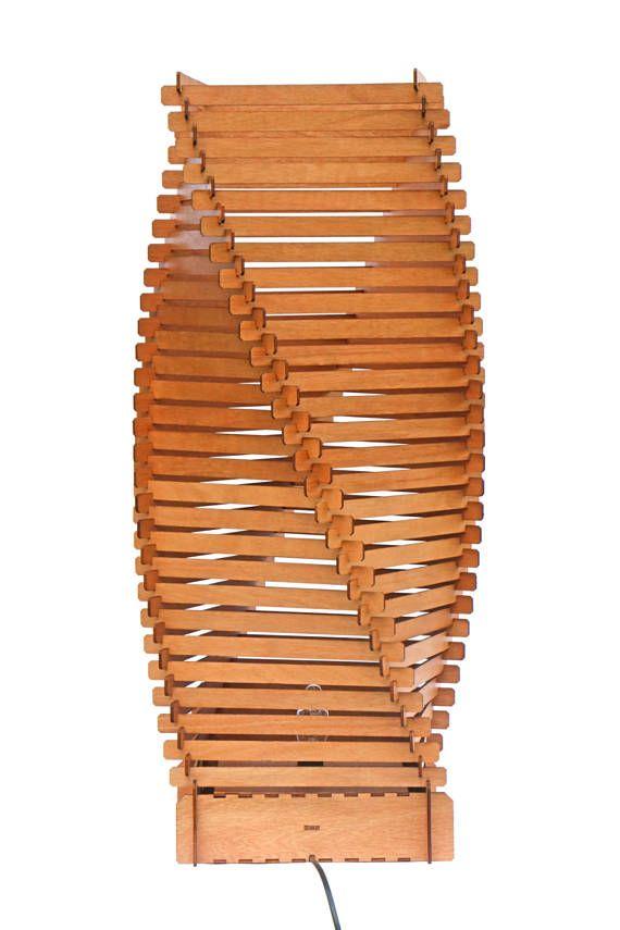 Lámpara de piso de madera hecha de una espiral de 109 entrelazados elementos de madera que se encuentra alrededor de 1 metro de alto y 30cm de ancho. En el día esta lámpara de pie es una hermosa escultura pero noche que esta gran lámpara transforma cualquier habitación en una zona