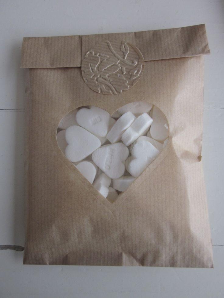 Bundel van 100 Kraft papieren zakjes met hart venster compleet met cellofaan zakjes --- Bruiloftsbedankje, traktatiezakje of doopsuikerzakje door SierGoed op Etsy