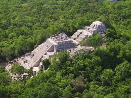 CALAKMUL é um nome moderno; na antiguidade o núcleo da cidade era conhecido como Ox Te' Tuun.  CALAKMUL foi uma grande potência maia da região do Iucatã no norte da região de Petén. Calakmul administrava um grande domínio marcado pela ampla distribuição do seu glifo-emblema com o sinal da cabeça de serpente. CALAKMUL era a sede do chamado Reino da Serpente