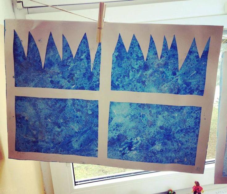 Zamrzlé okno - Kombinace modré tuši s vodou, nasypanou solí a bílou temperou.  (1. a 2. třída ZŠ)