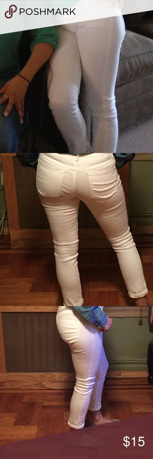 Jessica Simpson white jeans  skinny cropped White jeans Jessica Simpson no stains in good condition .. skinny cropped  .. looks great with slip on sneakers or sandals ... Jessica Simpson Jeans Ankle & Cropped